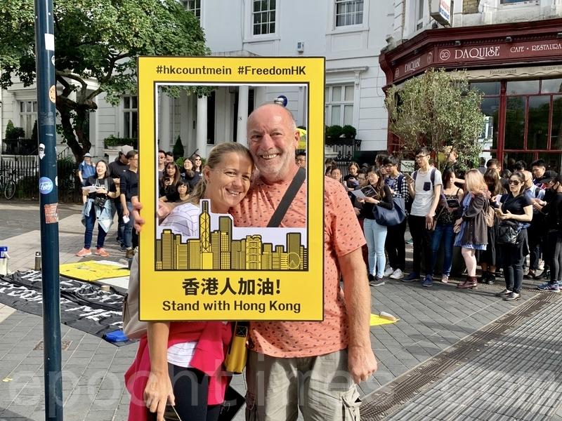 圍觀的群眾表示有關注香港的情況,並送上祝福及支持。(唐詩韻/大紀元)