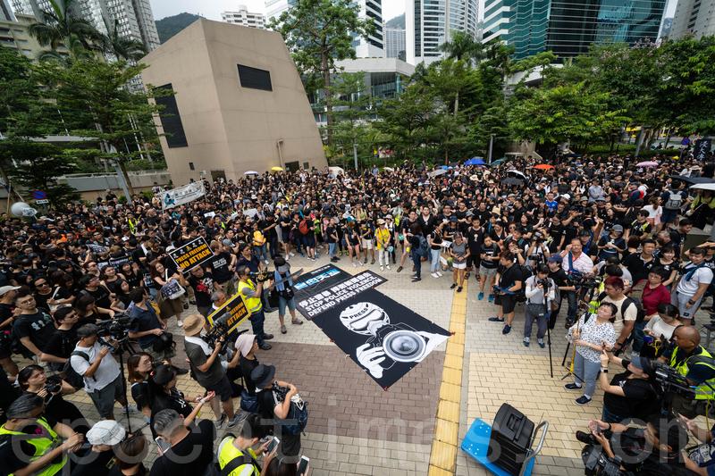 超過1,500人參與由七個傳媒工會和組織,發起的新聞界靜默遊行,抗議警方在反修例示威中多次阻撓記者採訪。(李逸/大紀元)