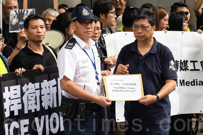 記協主席楊健興向警方遞送請願信,要求警方尊重新聞自由。(李逸/大紀元)