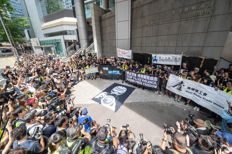 大批記者採訪「停止警暴捍衛新聞自由」新聞界靜默遊行。(李逸/大紀元)