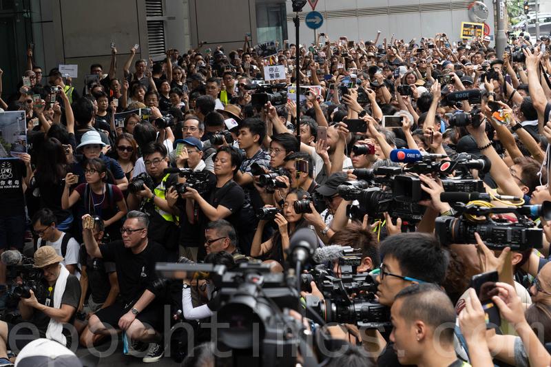 大批記者採訪「停止警暴捍衛新聞自由」新聞界靜默遊行。(李逸/大紀元
