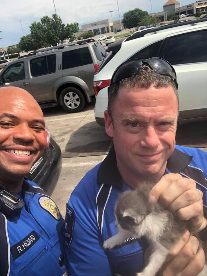 警察敏頓協助阿德金斯(右)成功將小貓救出。(Courtesy of Arlington Police Department)