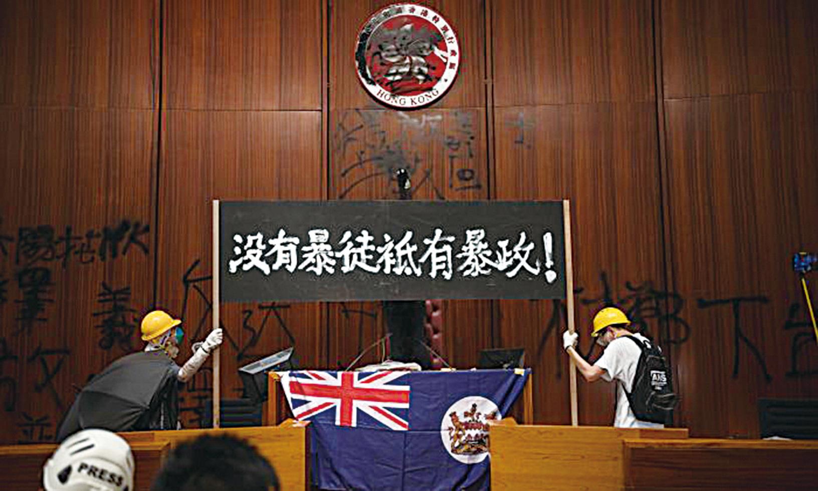 英文《大紀元》專欄作家克里斯斯特萊特(Chriss Street)認為,中美貿易戰或給了香港一個機會。(ANTHONY WALLACE/AFP/Getty Images)