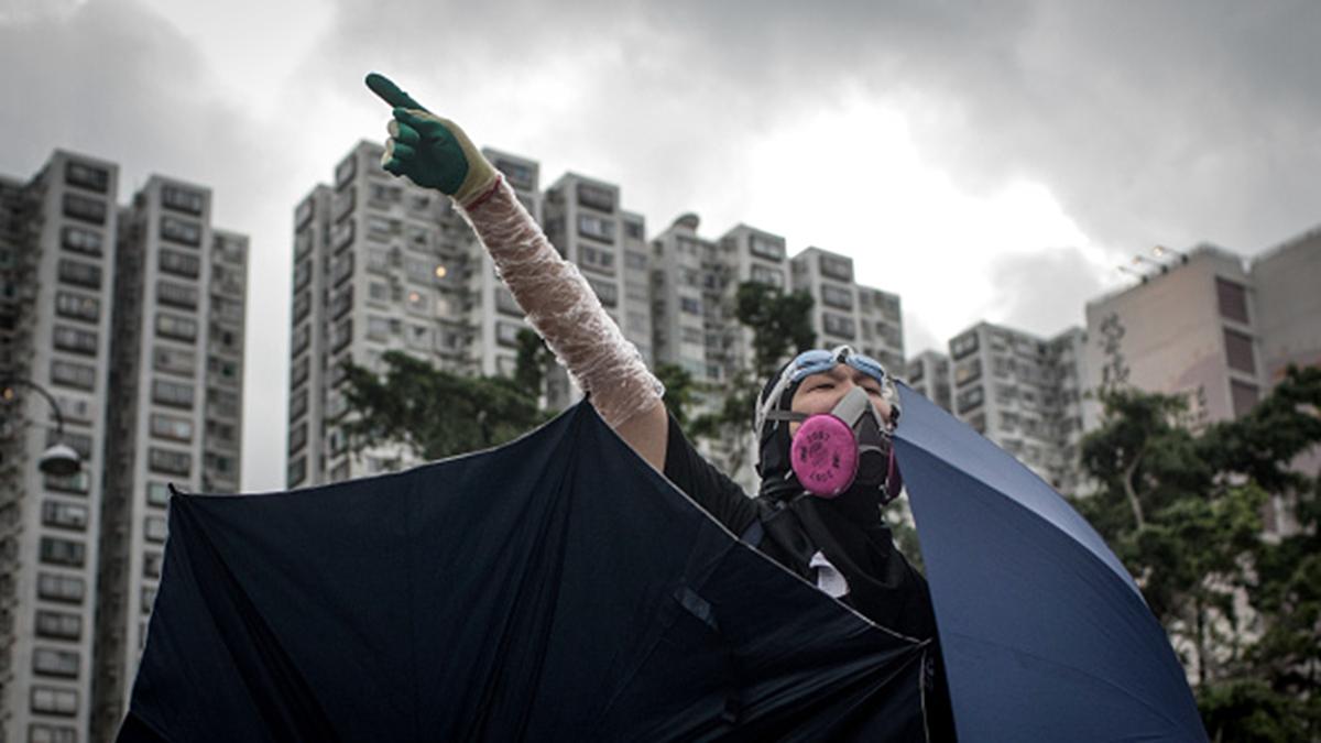 7月15日,香港11所大學發表聯合聲明,稱香港已逐步落入中共政權的全面控制之中,香港人已經不能再退讓。圖為一名香港示威者。(Chris McGrath/Getty Images)