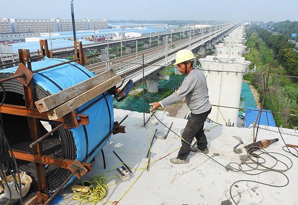 中國第二季度的經濟增長降至92年有統計數據以來最低水平。圖為連雲港的一處鐵路建設工地。(AFP)