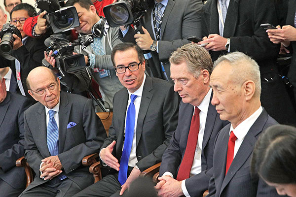 美國財政部長姆欽(左二)表示,赴京面談的時間,取決於已經針對長達一年貿易戰的談判進展情況。(AFP)