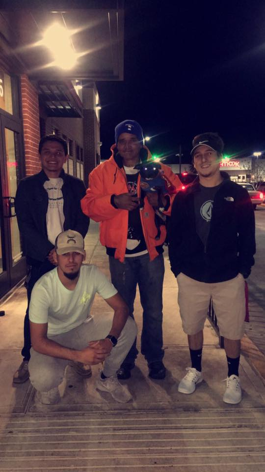 三個好朋友幫流浪漢Eddie(中)買了一餐飯,還幫他買了一件取暖的外衣、襯衫和帽子。( Ryan Cook Facebook)