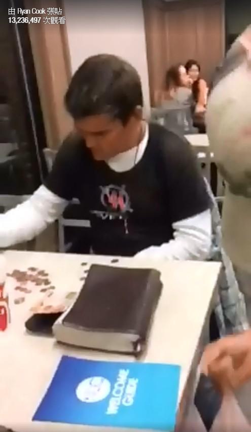 流浪漢Eddie孤零零地坐著數硬幣,想給自己買頓飯吃。( Ryan Cook Facebook)