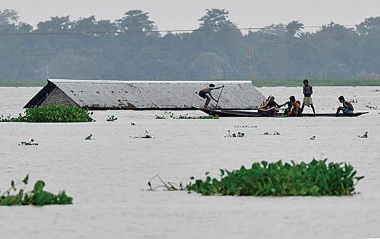 不丹和中國鄰近印度的地區因過去幾天不間斷的豪雨,導致河流暴漲,洪水造成阿薩姆省等多地發生嚴重水災。(AFP)
