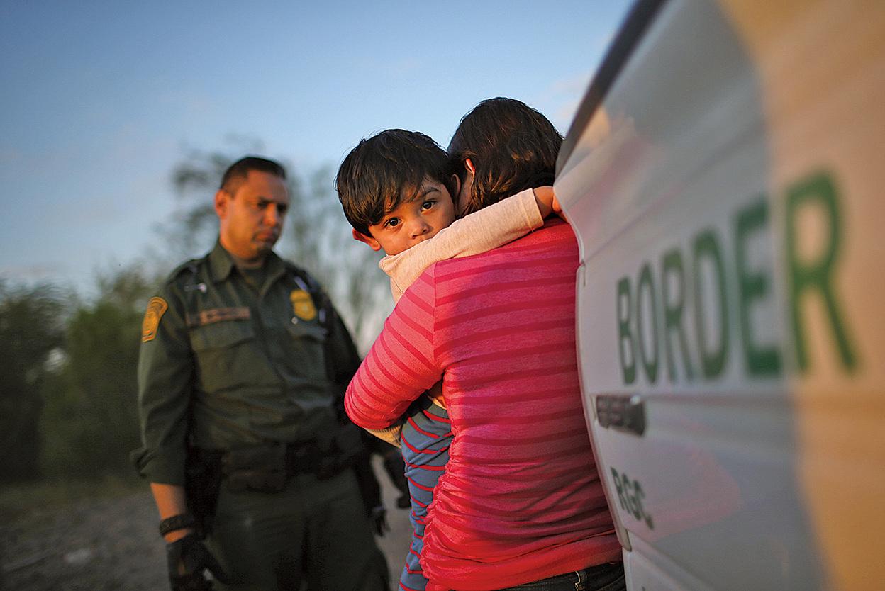 周一(7月15日)特朗普政府宣佈,美國對難民庇護者的政策全面收緊,圖為攜帶孩童的非法移民。(Getty Images)