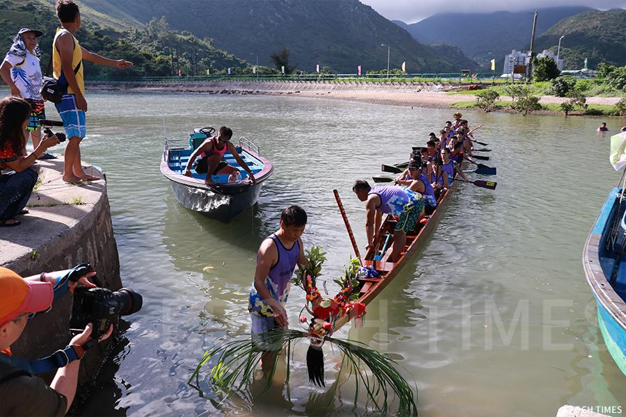 駿義龍至今都遵循著父輩流傳下來的傳統儀式,如在端午龍舟競渡比賽前要為龍舟採青。(曾蓮/大紀元)