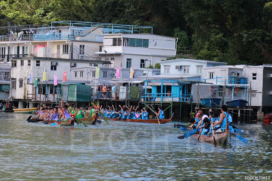 端午龍舟競渡比賽前,大澳駿義龍前往大澳碼頭參賽。(曾蓮/大紀元)