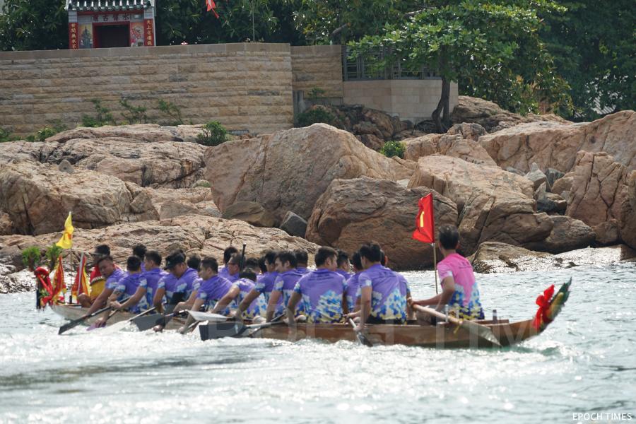 在傳統私家龍比賽前,大澳駿義龍會先舉行「龍舟拜廟」的儀式。(曾蓮/大紀元)