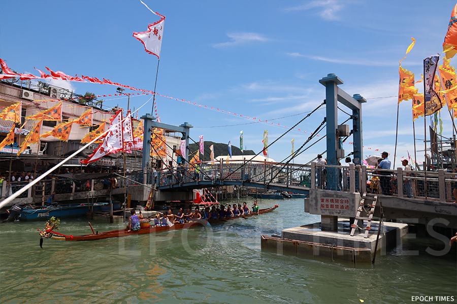 端午龍舟競渡比賽後,大澳駿義龍返回會址途中,經過大涌橋。(陳仲明/大紀元)