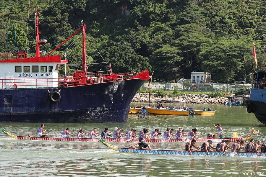 大澳駿義龍在今年的大澳龍舟精英賽比賽中,隊員划槳勁力十足。(曾蓮/大紀元)