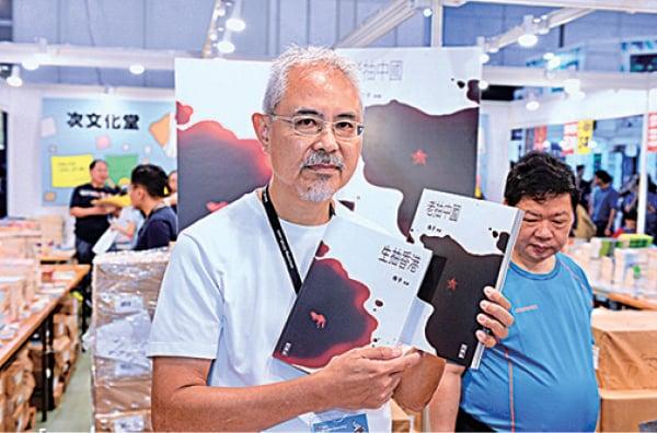 漫畫家尊子今年將精選作品集結成《老抽中國》、《生抽香港》兩書。(宋碧龍/大紀元)