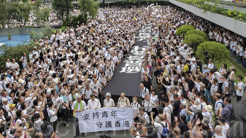 昨日近九千人參加「銀髮族反送中靜默遊行」,要求政府正面回應民間的五大訴求,及呼籲銀髮一族聲援青年們的抗爭。(李逸/大紀元)