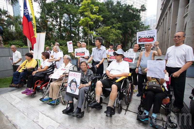 遊行隊伍中也有坐輪椅上街的長者,一位年長的老伯希望年輕人加油「要保重。」(蔡雯文/大紀元)