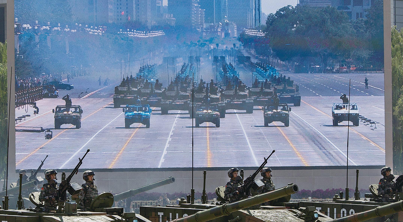 近幾十年來,北京一直利用其快速的經濟增長來資助其野心勃勃的軍事擴張,在東亞製造緊張局勢,這些都對美國構成威脅。圖為2015年9月的北京天安門廣場閱兵。 (Kevin Frayer/Getty Images)