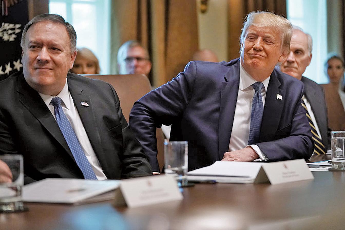 7月16日美國務卿蓬佩奧(左)在白宮內閣會議中表示,伊朗方面日前首次表示,願意就其彈道導彈計劃進行談判。(Getty Images)
