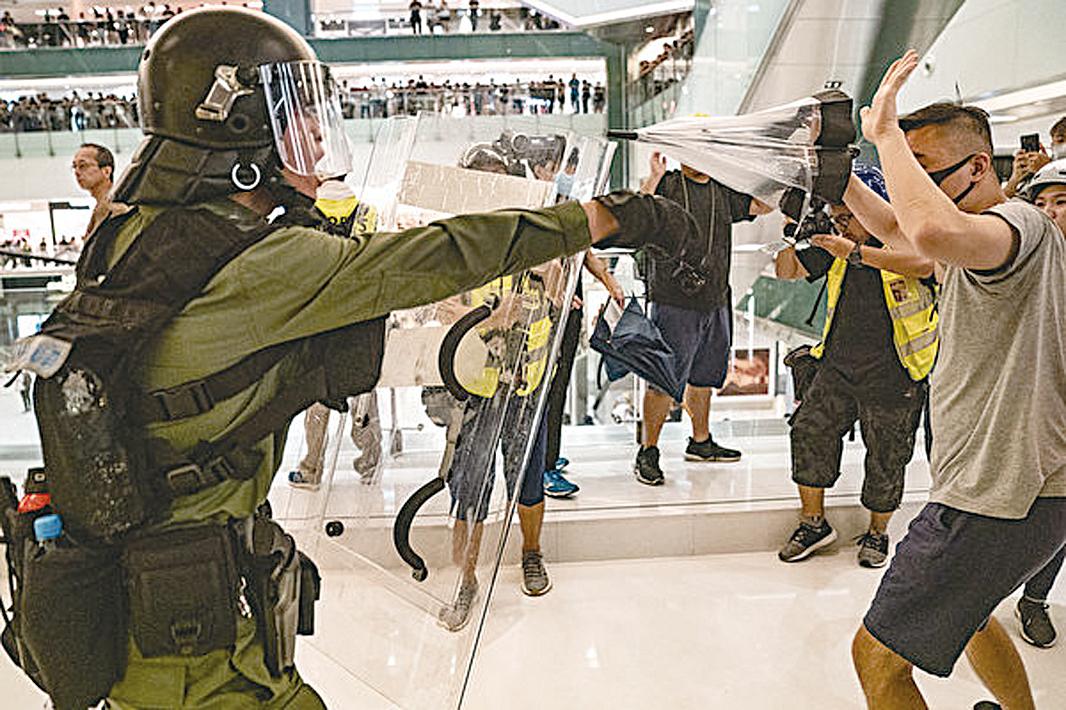 7月14日,警方闖入新城市廣場內清場,出動警棍和胡椒噴霧追打示威者。(Anthony Kwan/Getty Images)