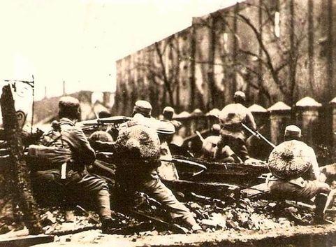 一九三二年初,爆發「一・二八」事變,日軍進犯上海,國民革命軍第十九路軍奮勇抗敵。(維基百科公有領域)