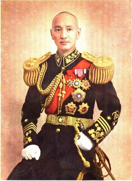 蔣介石標準戎裝照,攝於1944年當選國民政府主席後。(公有領域)