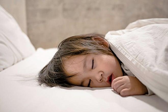 如果要吹冷氣和風扇,要將其放置在稍遠處,用微風或搖頭吹,入睡時,應用毛毯物件蓋住腹部和關節等部位。(Shutterstock)