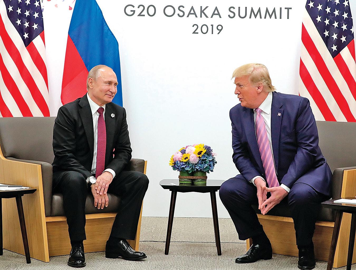 6月28日,特朗普與普京在大阪G20峰會期間會晤。(MIKHAIL KLIMENTYEV/AFP/Getty Images)