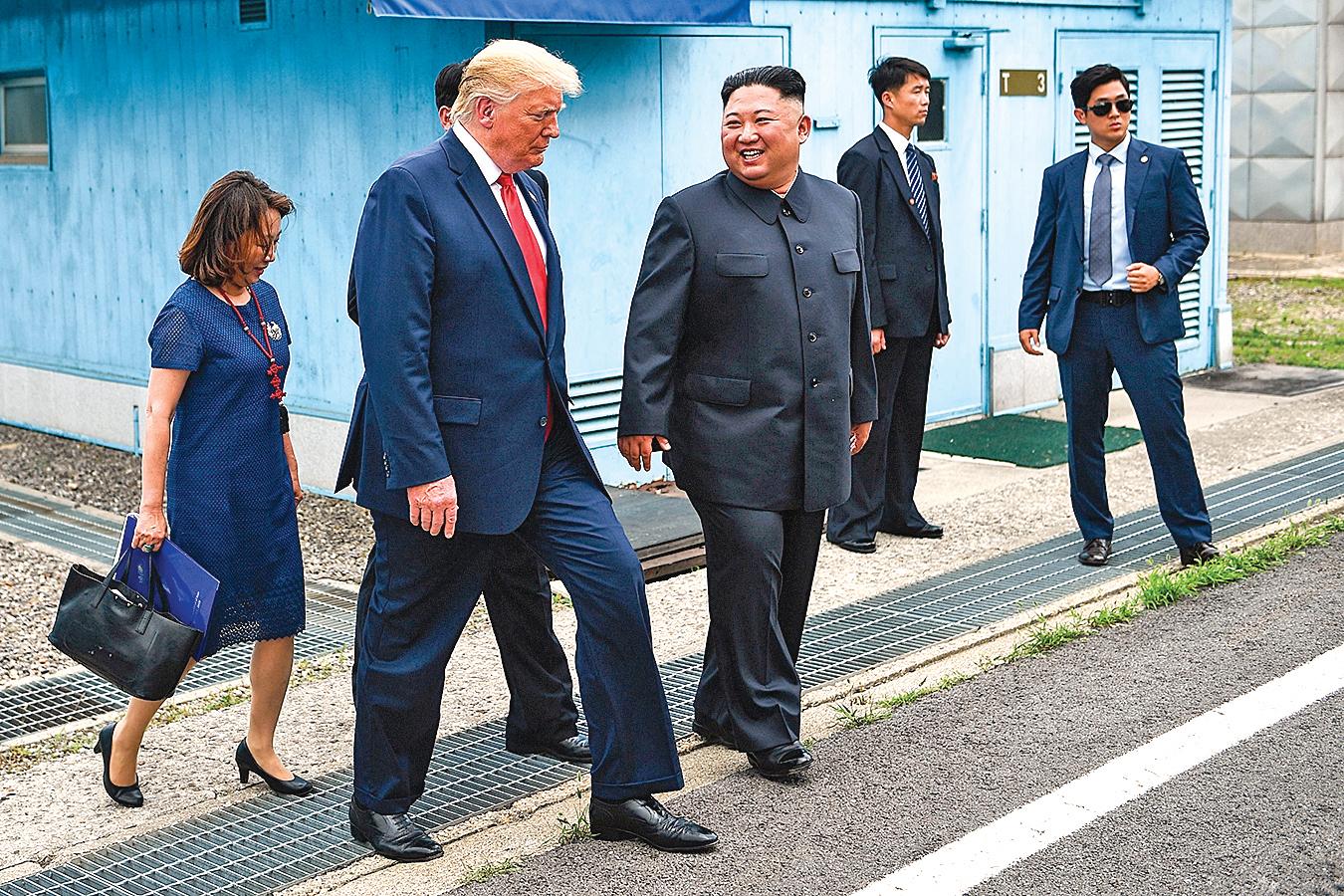 6月30日,特朗普在南北韓邊境與金正恩會面。(BRENDAN SMIALOWSKI/AFP/Getty Images)