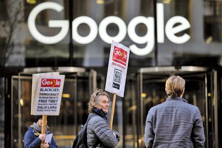2019年1月18日,民眾在谷歌倫敦分部大樓前抗議「蜻蜓計劃」。(Getty Images)