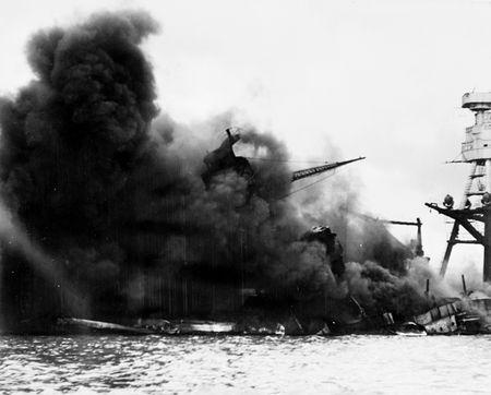 日軍偷襲珍珠港,美軍戰鬥艦亞利桑納號中彈燃燒。(公有領域)