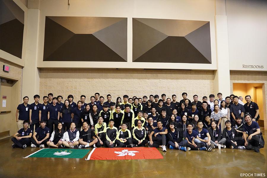港澳赴美參與「MATE國際水底機械人大賽」中學組與大學組合照。(受訪者提供)