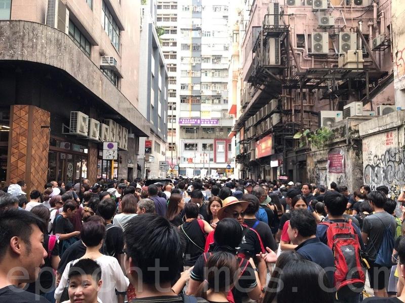 在銅鑼灣登龍街擠滿等候加入遊行的市民。(林怡/大紀元)