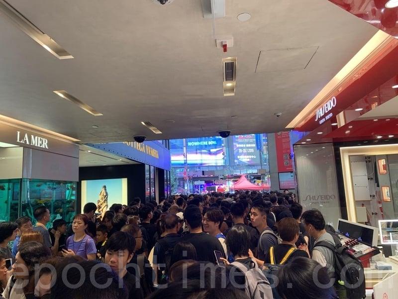 不少市民在銅鑼灣的商場內,等候加入遊行的市民。(駱亞/大紀元)