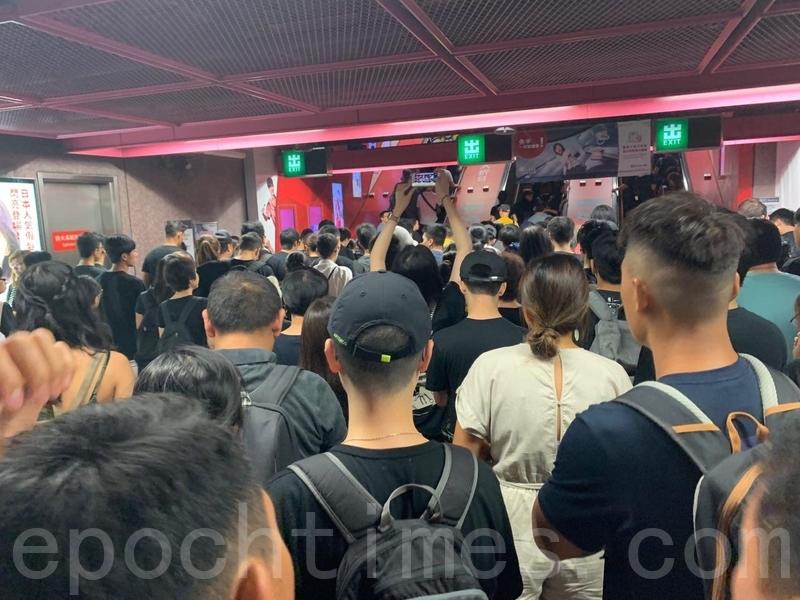 在港鐵銅鑼灣站,大派市民前往參加遊行。(駱亞/大紀元)