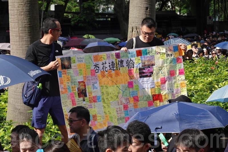 有市民帶同由不同地區連儂牆收集到的便利貼,為市民打氣。(余鋼/大紀元)