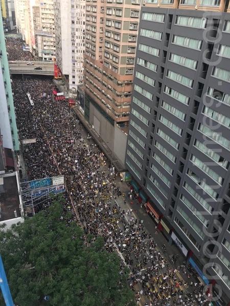高空所見銅鑼灣一帶擠滿遊行的市民。(蔡雯文/大紀元)