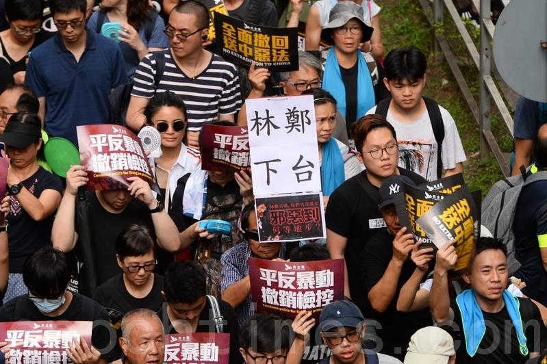 有市民舉起要求林鄭下台的標語。(宋碧龍/大紀元)