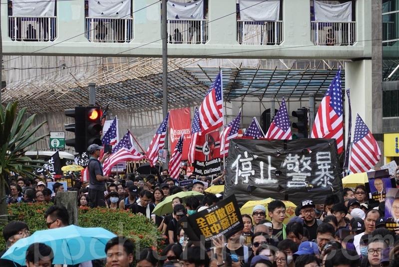 有市民舉起「停止警暴」的橫額。(余鋼/大紀元)