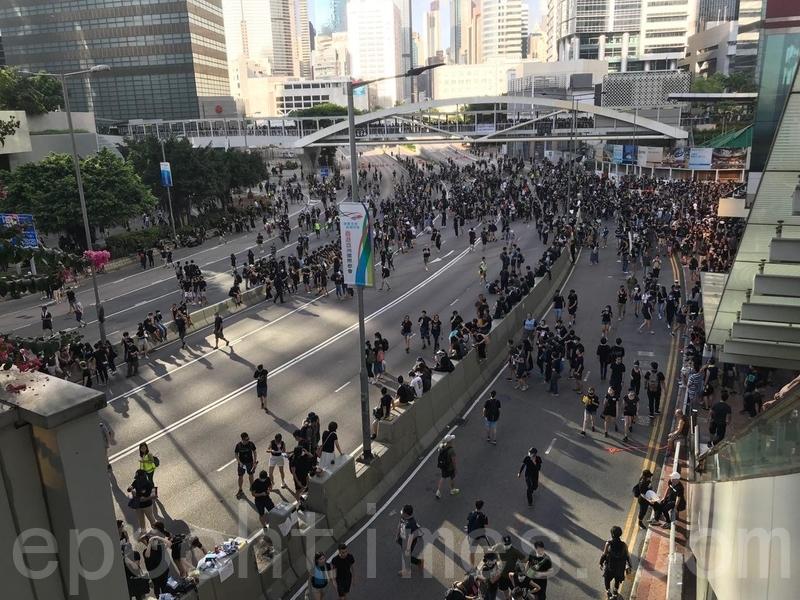 市民開始佔據金鐘夏愨道所有行車線,現場未見有警察和交通警。(蔡雯文/大紀元)