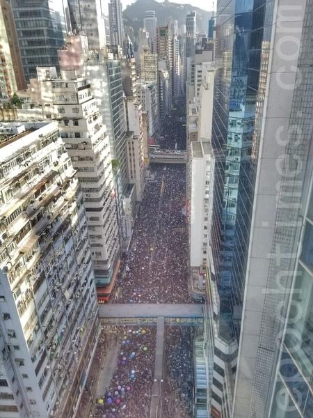 下午5時40分,遊行隊伍仍未抵達終點,由高空所見,銅鑼灣軒尼詩擠滿遊行市民。(宋碧龍/大紀元)