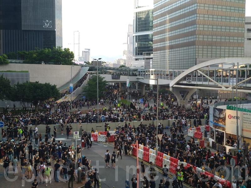 在金鐘,市民繼續佔據金鐘夏愨道,有人並走上夏愨道行車天橋,向中環方向前進。(章鴻/大紀元)