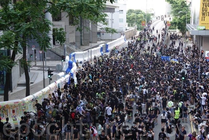 大量示威者繼續在警察總部外聚集。(余鋼/大紀元)