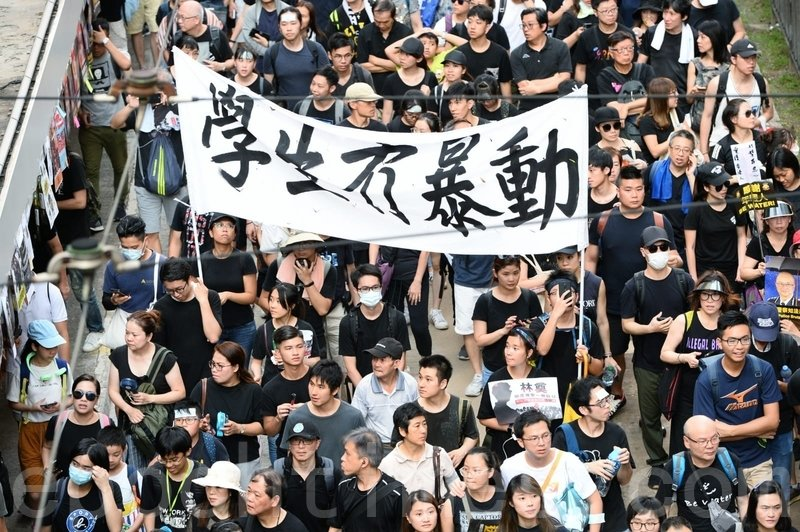 有市民舉起「學生冇暴動」的橫額。(宋碧龍/大紀元)