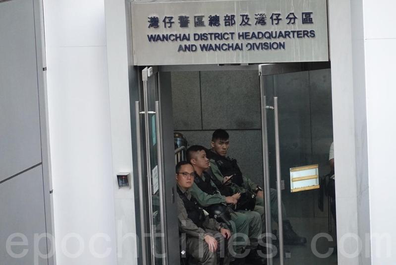 警察總部內有穿上防暴裝備的警察在休息。(余鋼/大紀元)