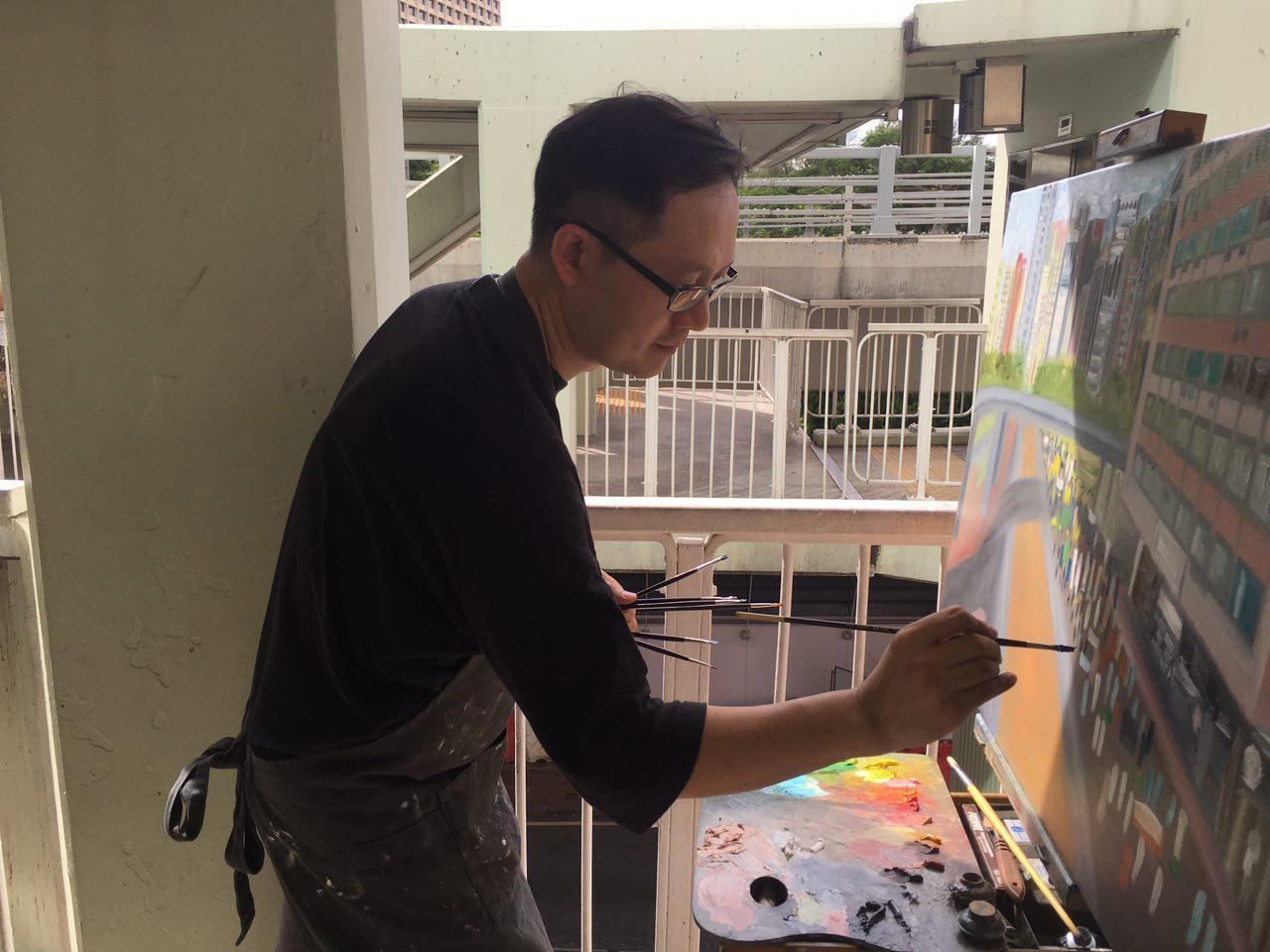 有畫家一早在遊行隊伍必經的天橋上,將全港市民的心聲用畫筆留下。(李小朗/攝影)