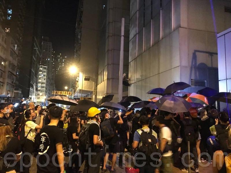 上千名示威者在中聯辦外聚集,並發表7.21現場宣言。(孫青天/大紀元)