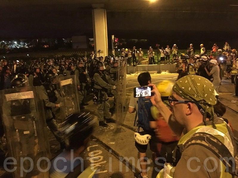 大批防暴警察由中聯辦附近街道向中聯辦推進。(孫青天/大紀元)