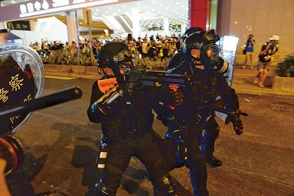 警員似乎再次未根據守則,不是向天而是水平線朝示威者開槍。(宋碧龍/大紀元)